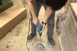 モルタルキッチンを施工中のボス