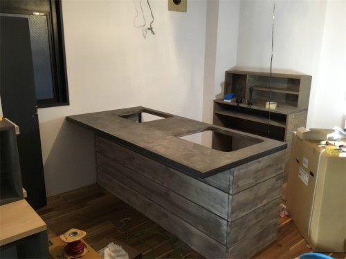 モルタルと足場板のキッチン