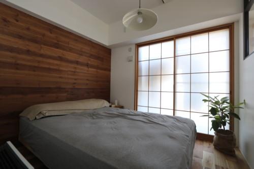 板張りにした寝室