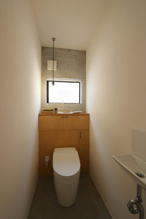 モルタル壁のトイレ
