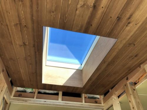 トップライトと板張りの天井