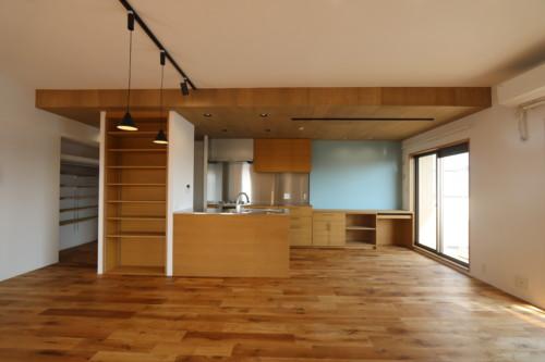 アクセント壁が映える対面キッチン