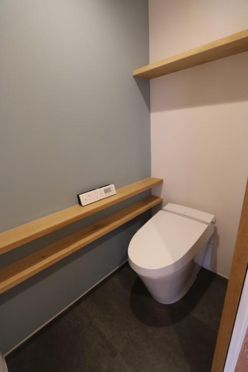 ブルーの壁が爽やかなトイレ