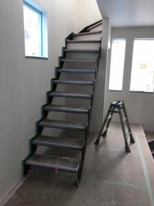アイアンのストリップ階段。かっこいい!